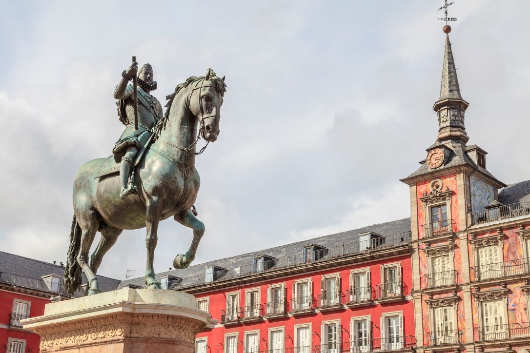 spain_madrid_casa_de_la_panaderia_in_plaza_mayor_with_the_bronze_statue_of_king_philip_iii_istock_000024802480large.jpg